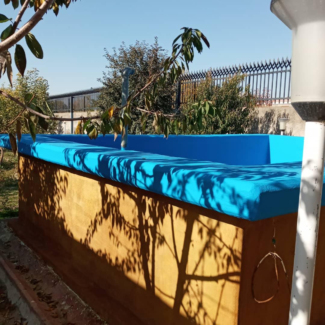 دیوار بیرونی استخر بتنی رنگ آمیزی شده با اسید استین
